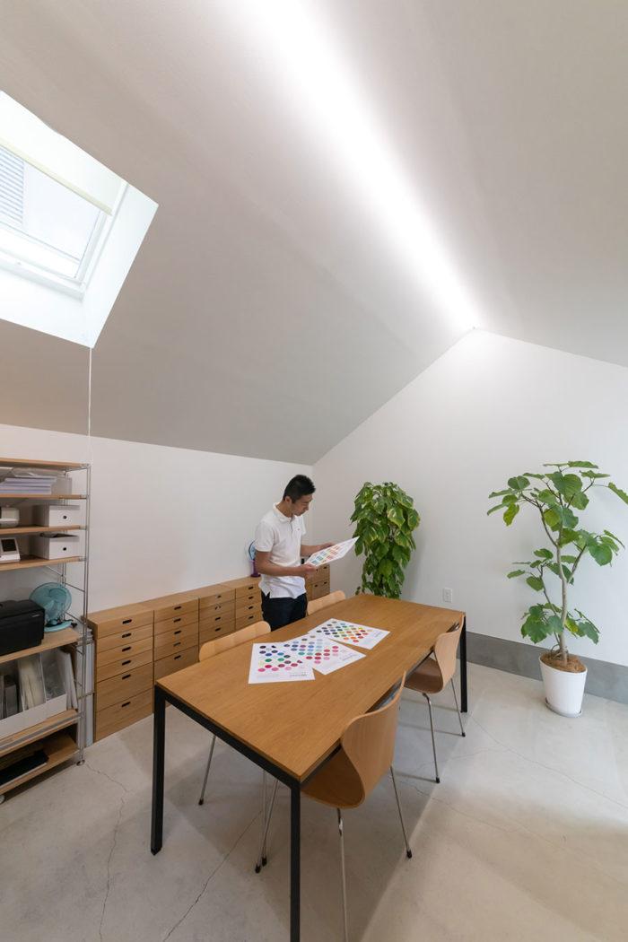 色関係の仕事をするYさん。仕事柄、照明は大事とのことで、オフィスをはじめすべての照明は専門家にお任せした。作業台として使用しているのは、カール・ハンセン&サンの「PK52」。