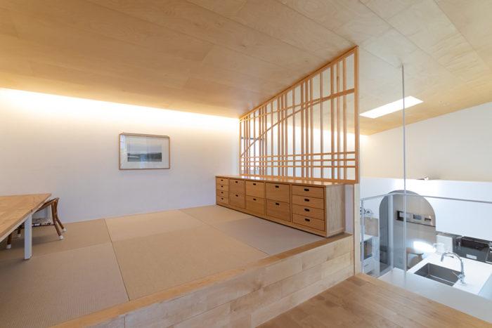 腰掛けるのにもちょうどよい和室の小上がり。無印良品の家具の上に設置された建具は、Yさん自らデザインしたもの。