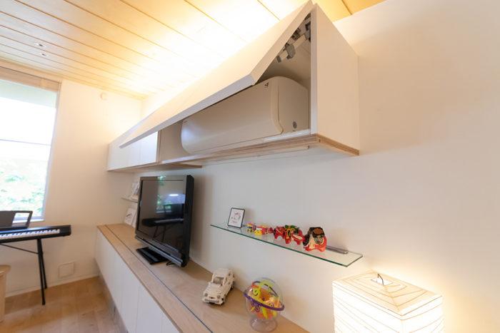 収納は扉を付け、ホコリの侵入を防ぐ。エアコンも収納し、使用するときには扉を開けられるようになっている。