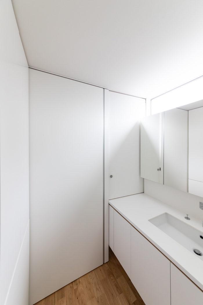 洗面室と家事室の間のパネルを閉めると、完全に仕切ることができる。