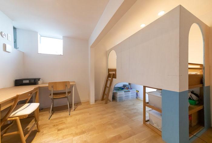 約7畳の子ども部屋。将来は2部屋に区切れるようにしている。ベッドまわりはYさんがDIY。