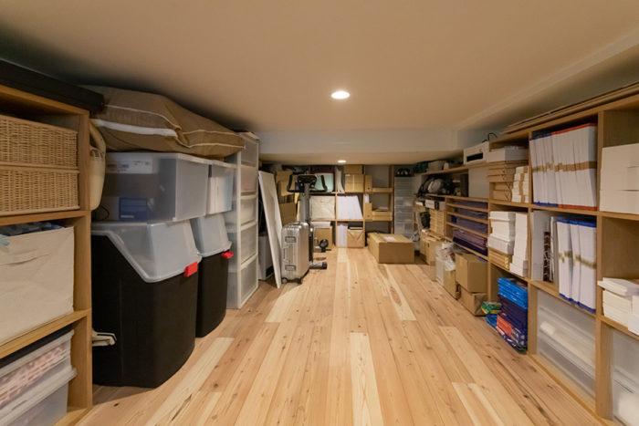 仕事で使う資材を中心に収納した、床下収納室。高さ140cmで約8畳のスペースは広々とした空間。