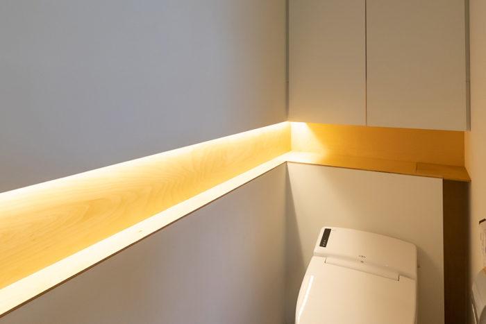 トイレにも木をさりげなく使い、アクセントに。照明が美しい。
