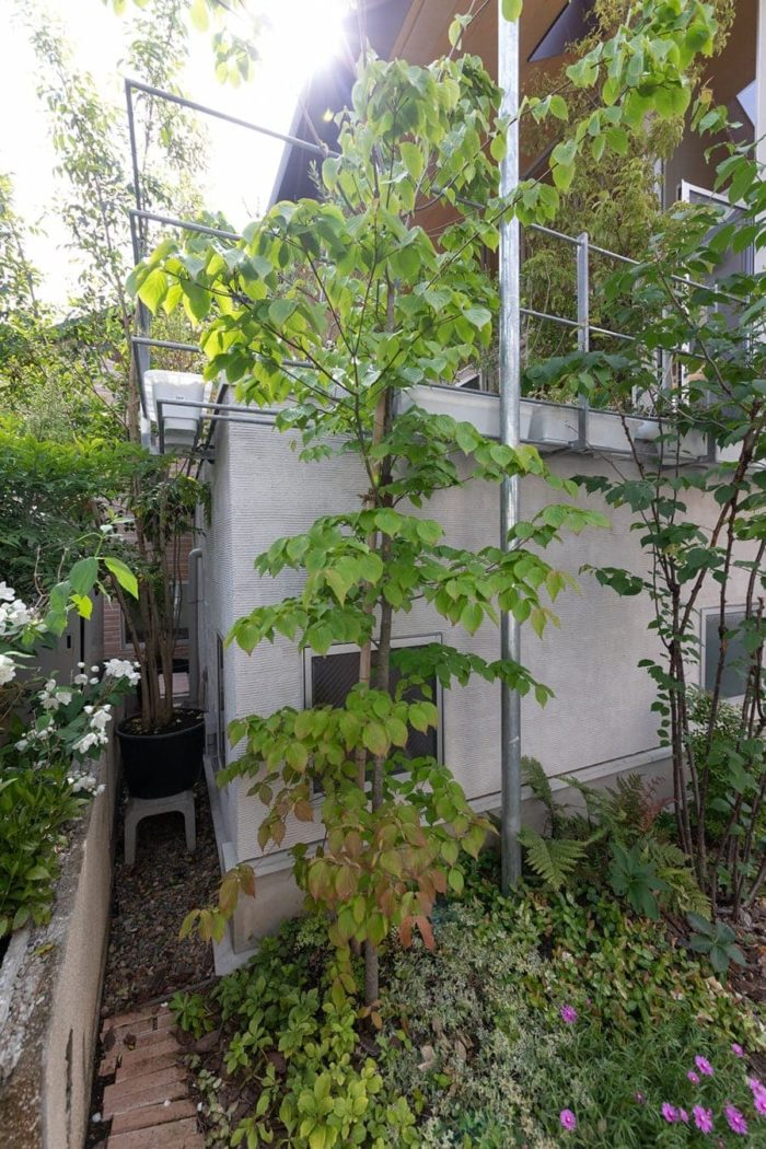 2階のテラスまわりにはプランターが置けるスペースを確保。水をあげると、下の植栽にもかかるようになっている。
