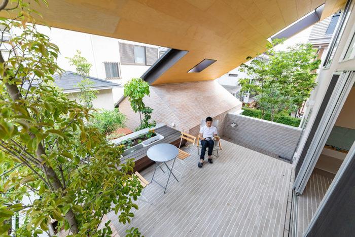 「福島の田舎育ちなので自然が大好き」というYさん。グリーンに囲まれ、読書やティータイムを過ごしてリフレッシュ。