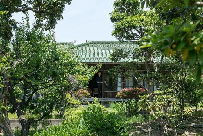 大きく育った庭の木々が、築90年の平屋を囲む。