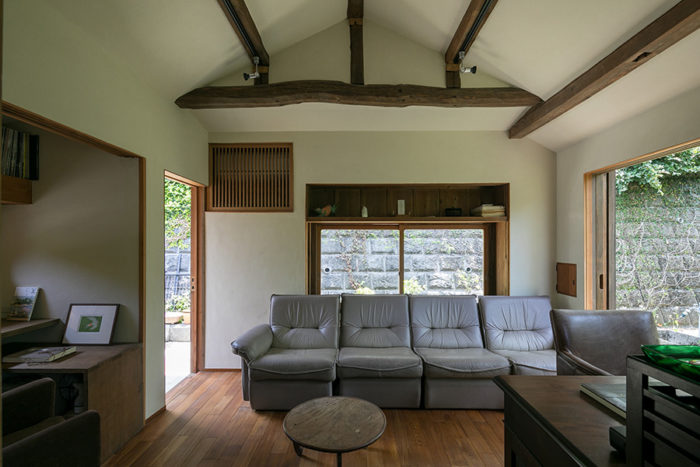 屋根の形に沿った勾配天井が印象的。開口部は全てアルミサッシから木製の古建具に入れ替えた。