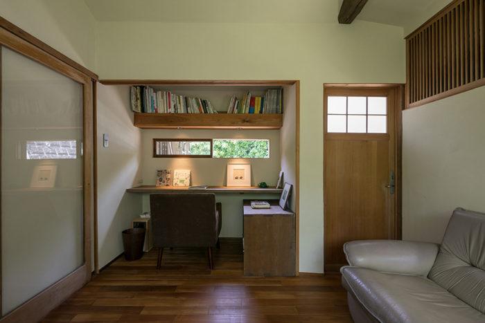 写真正面は押入れだった空間。写真右手に外から直接出入りできる扉を新たに設けた。