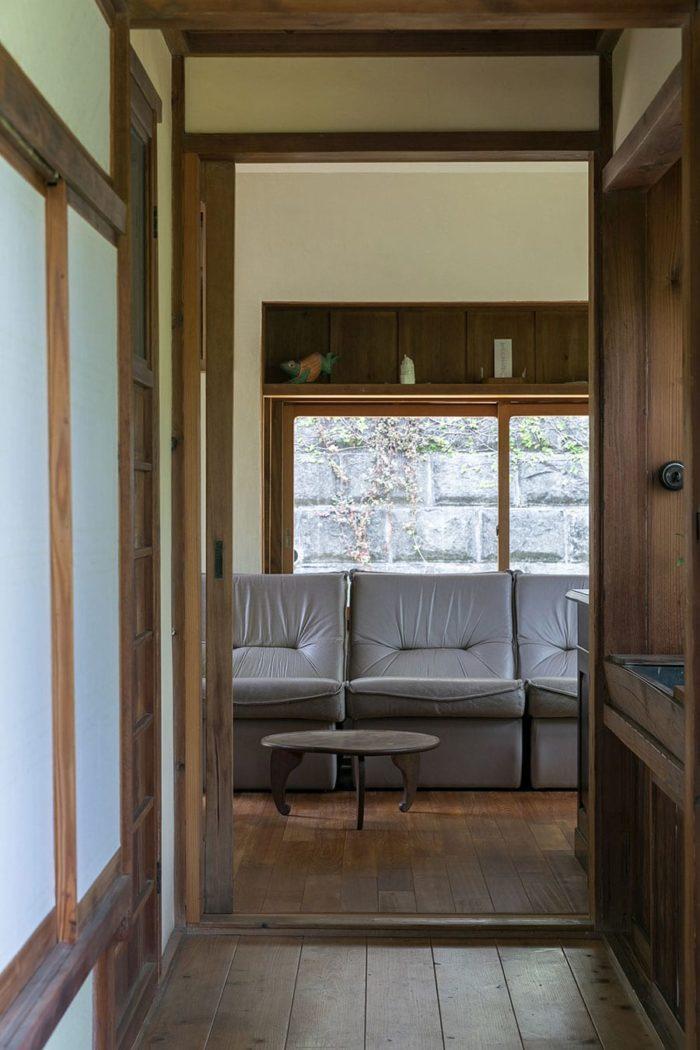廊下側から事務所スペースを見る。床の色も手を加えていない廊下と調和している。