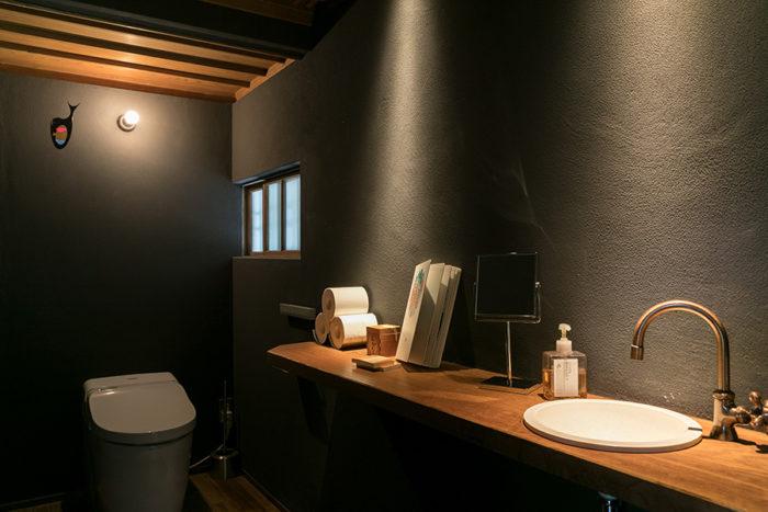 事務所横のトイレもリノベーション。「行きつけの蕎麦屋さんのトイレを参考にしました」と高橋さん。手洗いカウンターは古材の一枚板。