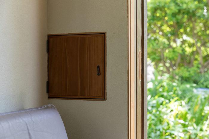 庭に面した壁に不思議な扉が…?