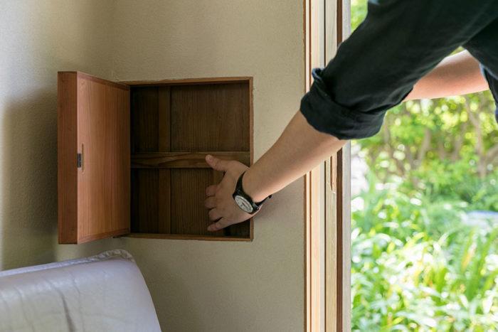 扉の正体は、雨戸を出し入れしやすいように大工さんが造作した開口部。