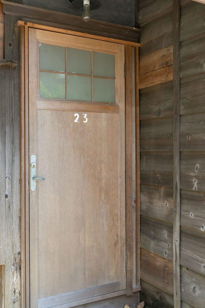 新設した出入り口には、湯河原の旅館で部屋の扉として使われていた古建具を。部屋番号が残っているのがかわいらしい。