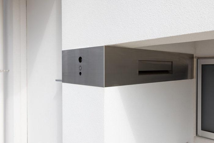 Y邸のインターホンは最低限のボタンのみ表に出したデザイン。表札もシンプルにかっこよくと、Yさん自ら彫った。