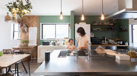 キッチンを主役に新築の注文住宅に古さをMIXしてアレンジ