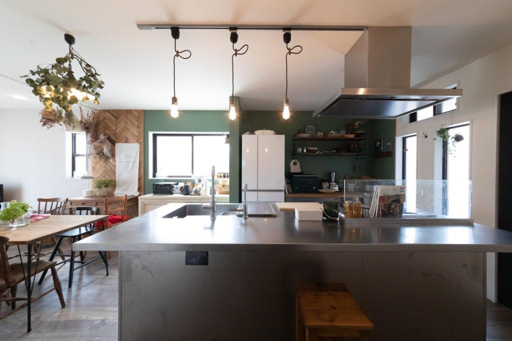 アイランドキッチンは業務用厨房機器メーカーの北沢産業にオーダー。使い込むうちに味が出る、ツヤ消しのヘアライン仕上げに。