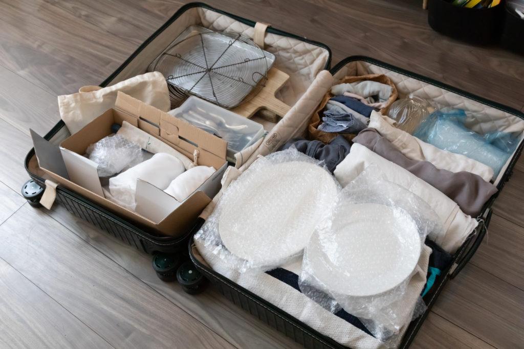 つがねさんのお仕事グッズ。器やキッチンツールをRIMOWAのスーツケースに詰めて出動。