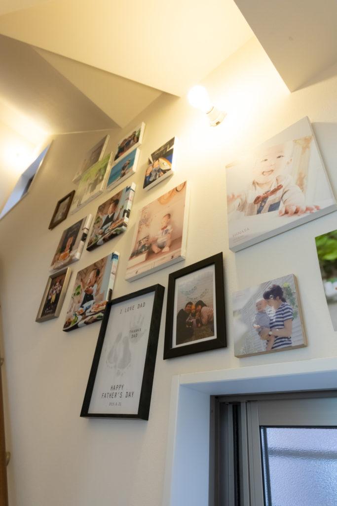階段には家族の思い出の写真をディスプレイ。