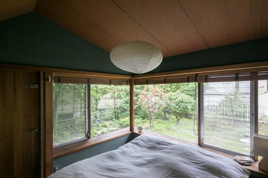 寝室の壁のシックな色合いとイサム・ノグチの和紙の照明がマッチしている。