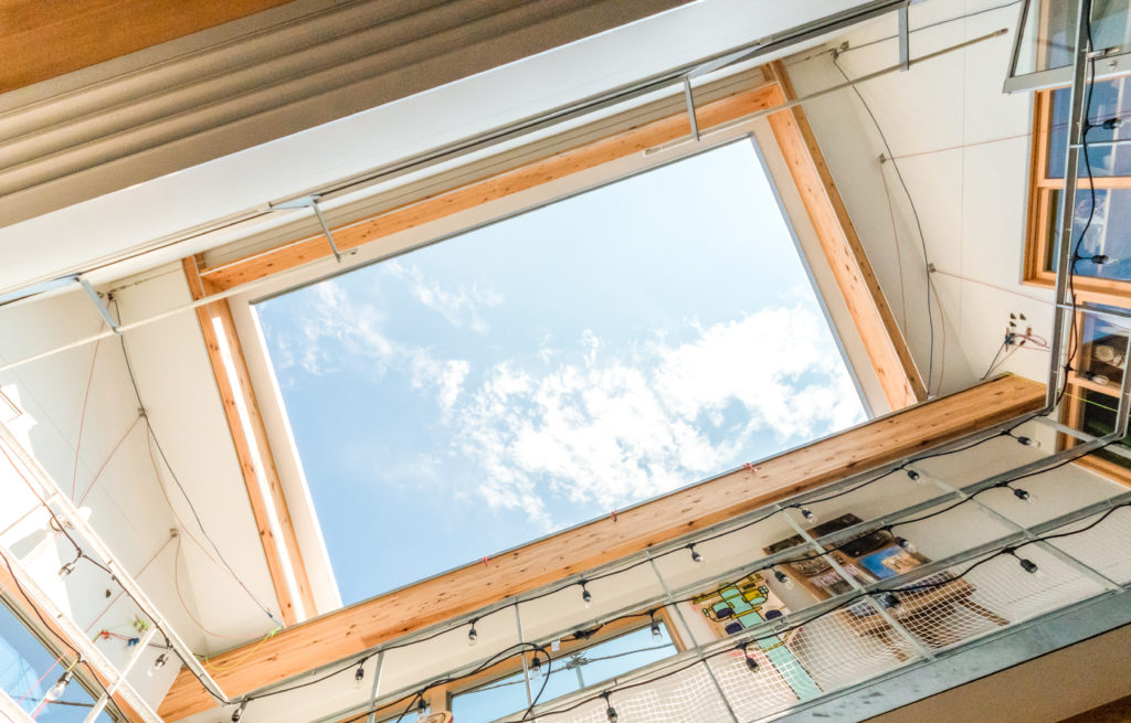 リビングから上を見上げると屋根がなく空を直接望むことができる。