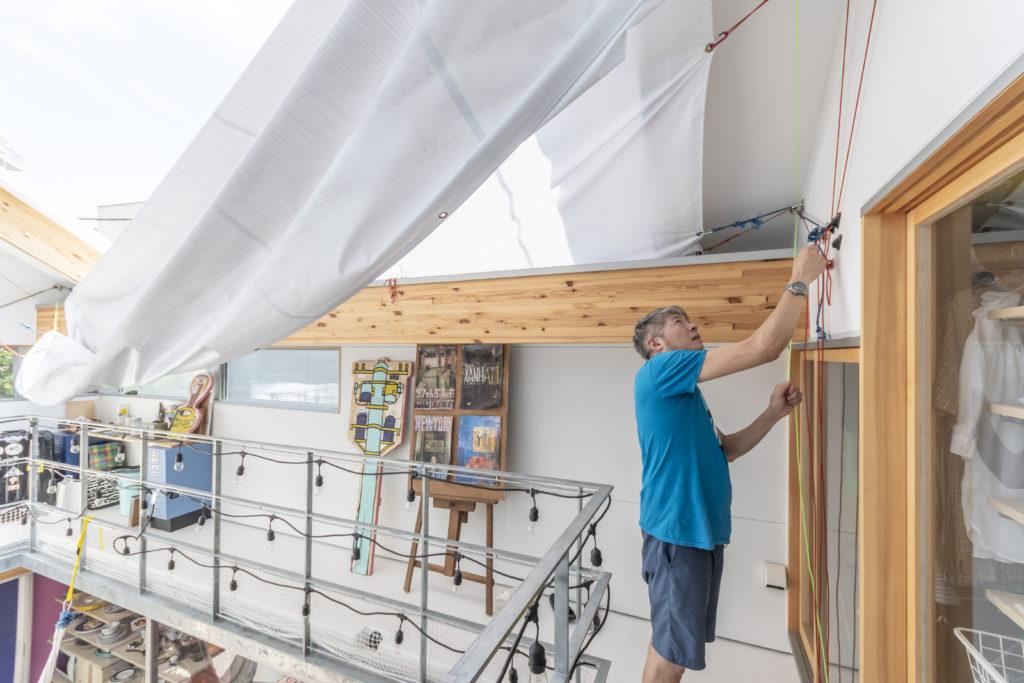 屋根代わりの布を張るロープや金具などの道具は高橋さんが購入して据え付けた。
