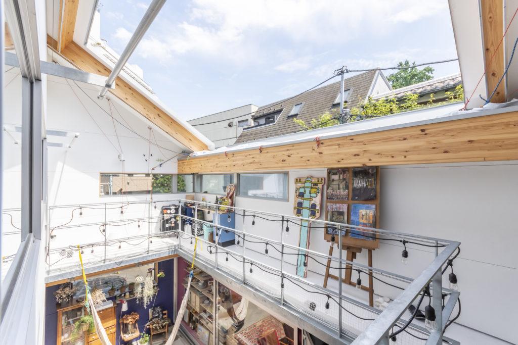 屋根代わりの布を収納するとリビングの空気感が一変する。