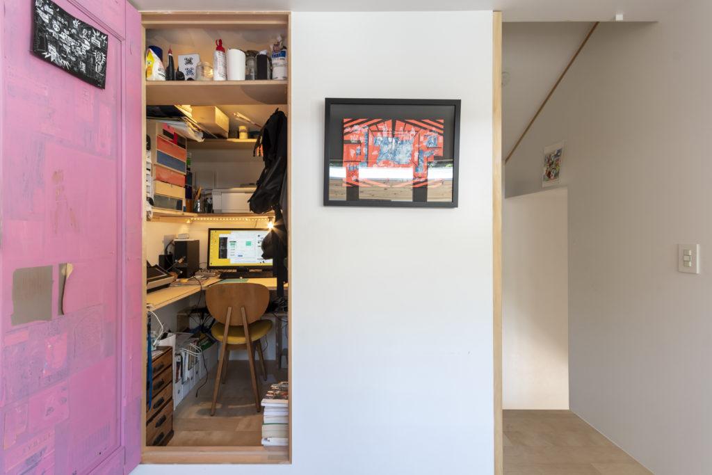 1畳程度の高橋さんの仕事部屋。中の棚は自分で製作した。ピンクの扉は紙をコラージュした上に色を塗っている。