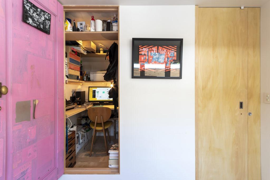 コンパクトな住宅ならではの工夫。トイレの扉を手前側まで引くと階段部分と仕切る間仕切りになる。