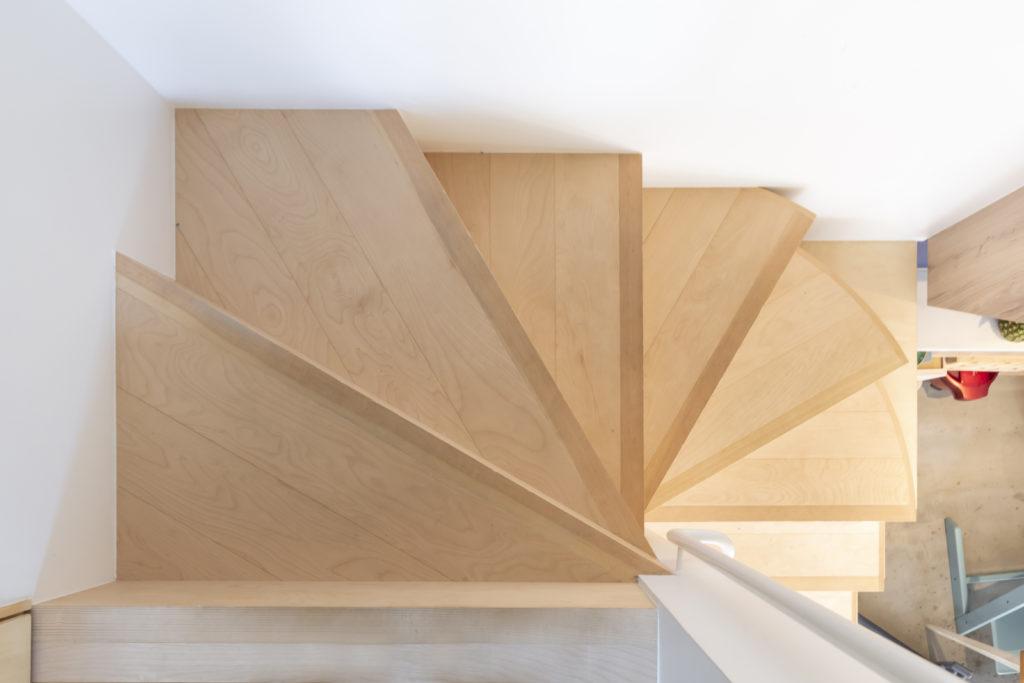 美しくデザインされた階段。鈴木さんの腕が振るわれた部分のひとつ。