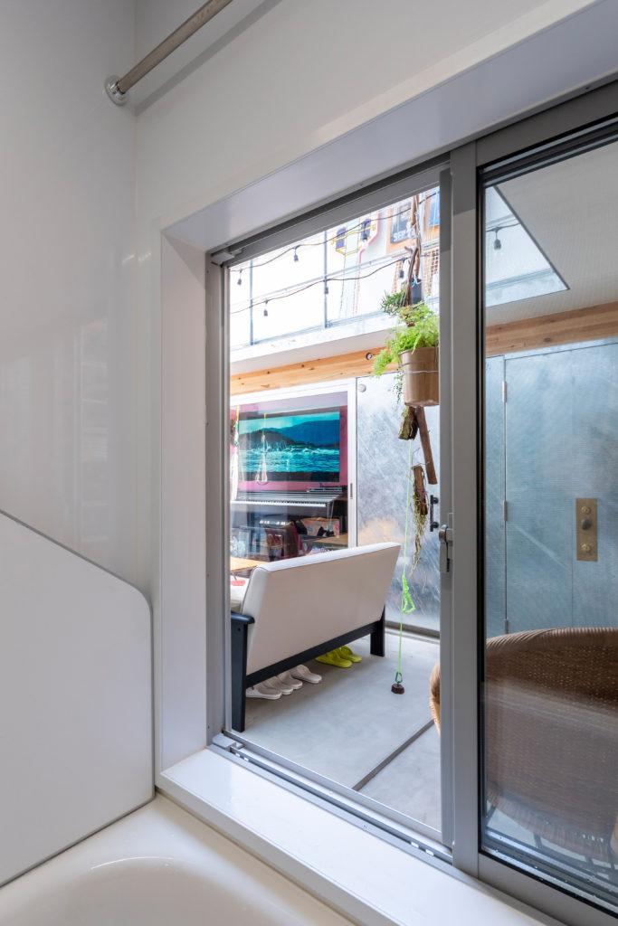 浴室からリビング空間のほうを見る。