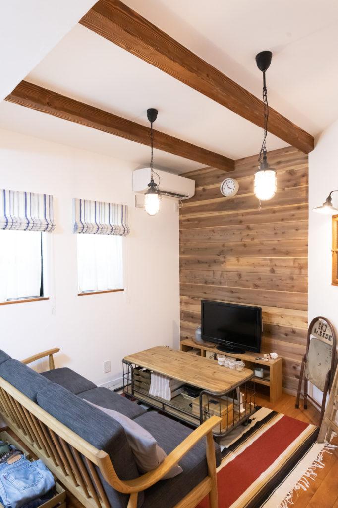 天井の梁と杉板のウォールポイントがヴィンテージ感を盛り上げる。「杉板の壁部分には洋服やブーツのディスプレイを考え中」(幸太郎さん)。