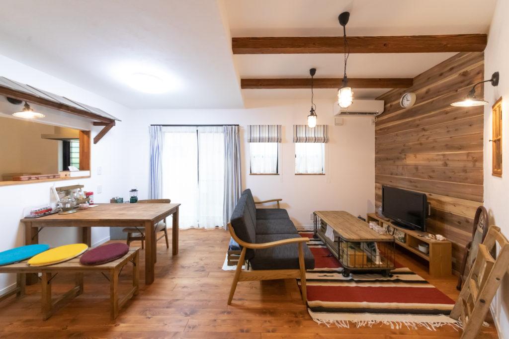 古材を使用したダイニングテーブルとベンチのセット、ソファは新居で購入。リビングの武骨なテーブルは以前から持っていたもの。すべて『クラッシュゲート』。