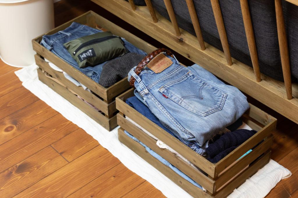 「彼が脱ぎ散らかした洋服を片付けるためにリビングに置いています」(麻未さん)。古着屋時代に培った収納術が活かされている。