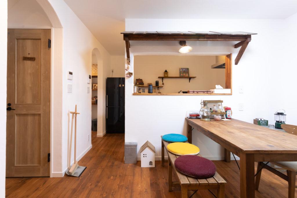 キッチンカウンターの上に屋根をつけて、居酒屋風に。菊地邸にはぬくもり感のあるホウキ&チリトリ(左側)が所々に置かれていて、インテリアの一部になっている。