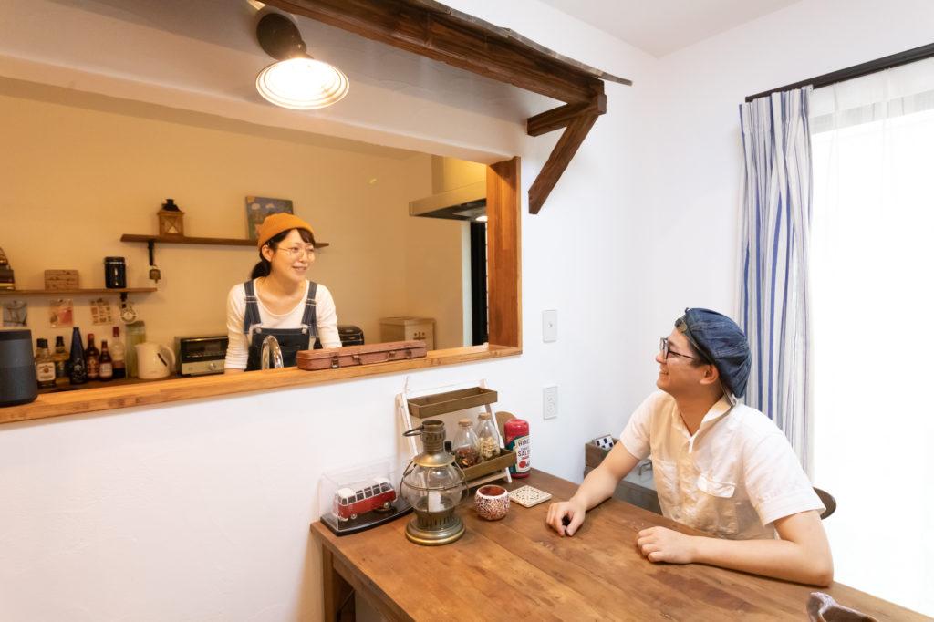 カウンター越しに会話も弾むお2人。夜にはテーブルの上のランタンに火を灯し、ほかの照明を消すと、また違った雰囲気に。
