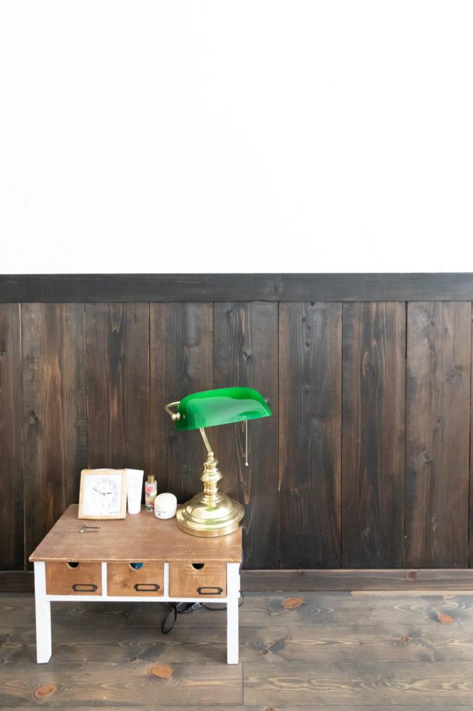 アトリエに置かれた小さなテーブルは麻未さんが自転車で運んだもの。ボロボロだったものを塗り直した。腰壁上の漆喰壁は夫妻で塗った。