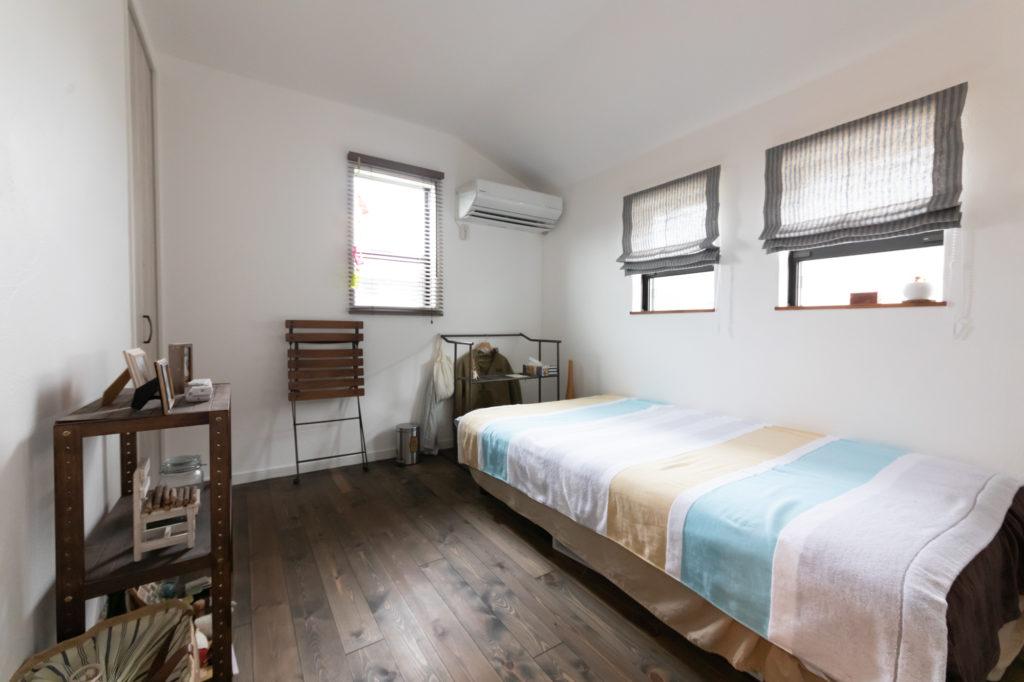 2階の寝室。棚類はヴィンテージ感を出すために麻未さんがリペイント。