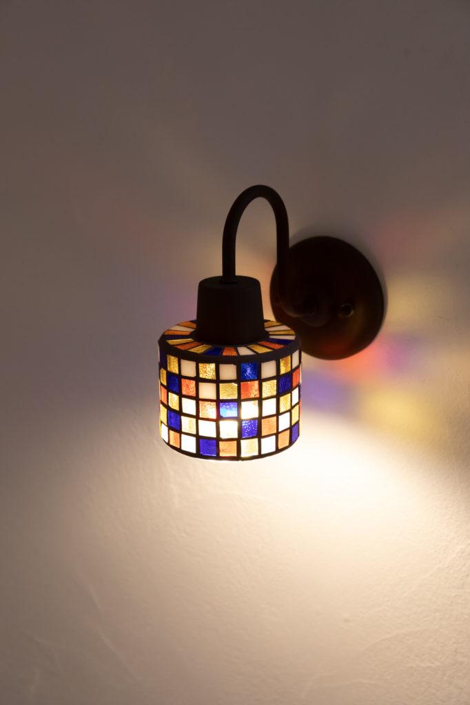 菊地邸には個性あふれるお洒落な照明が多い。階段に設置されたステンドグラスのライトは麻未さんのお気に入り。