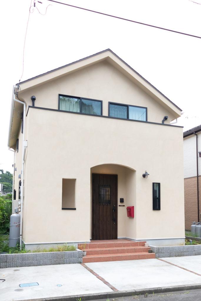 「三角屋根の家がよかった」と麻未さんの意見が採用。赤いポストは、ネイビー好きの幸太郎さんとグリーン好きの麻未さんとの折衷(?)案。