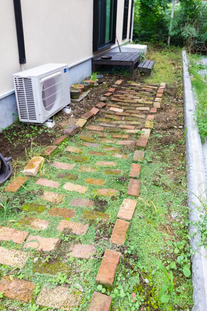 モグラが住んでいる庭。ブロック塀が建てられるように、すでに穴も開けてあり、準備は万端なのだが……。