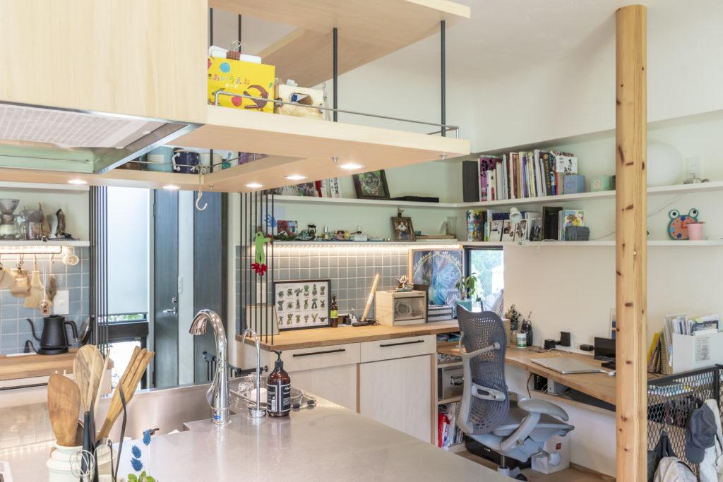 キッチンの近くにウェブデザイナーをされている奥さんの仕事場が確保されている。