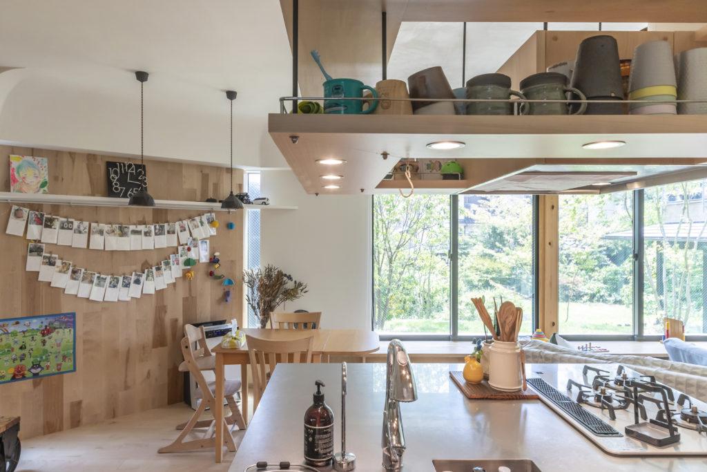 大きめにつくられたアイランドキッチンがこの空間の中心的存在となっている。丸鋼(断面が丸い棒状の鉄筋)を使ったデザインがこの明るくてオープンな空間に軽快感をもたらしている。