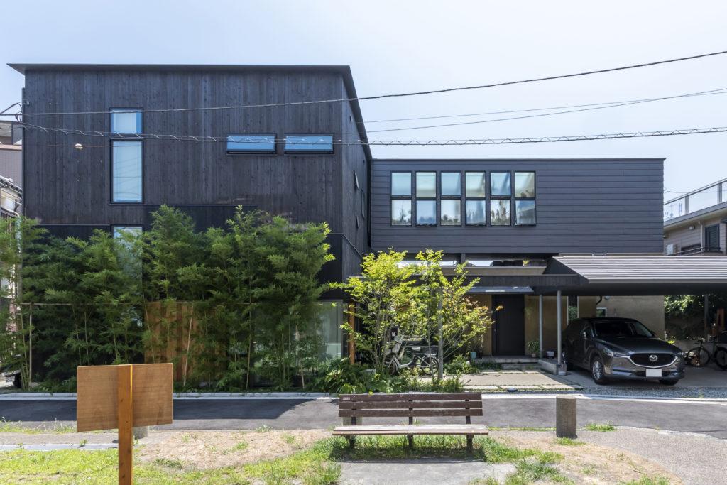 道路側から芳賀邸を見る。左に子世帯、右に親世帯の建物が配置されている。