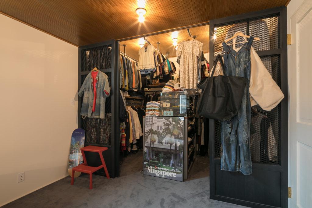 エキスパンドメタルを使い、アパレルショップのようなウォークインクローゼットを作った。「服が多いので、大きな収納はマストでした」