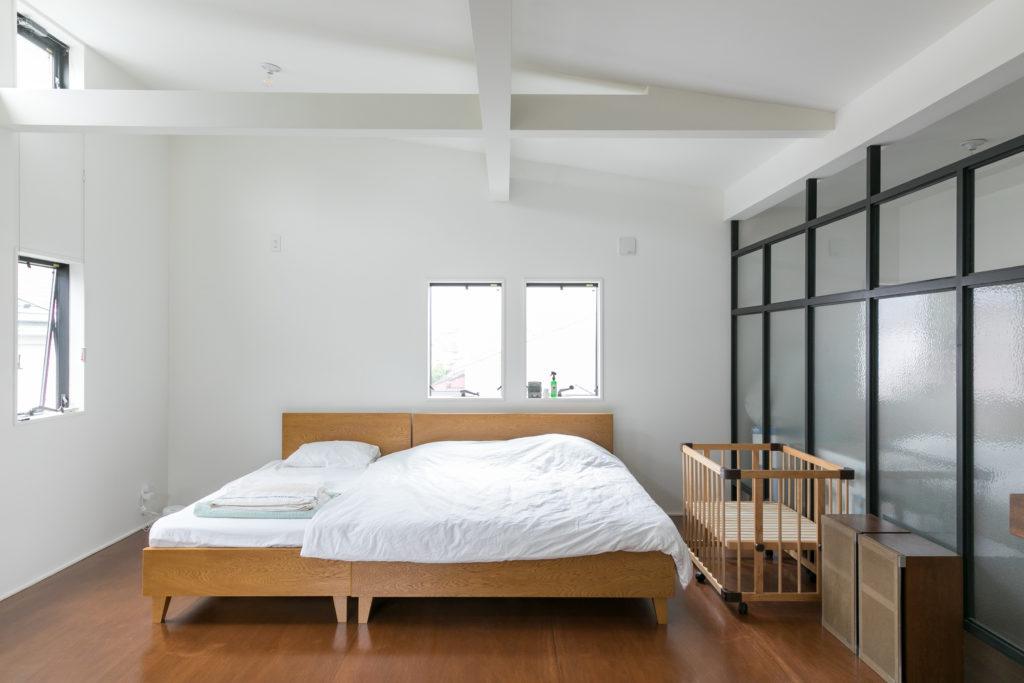 3階はメインベッドルーム。パシフィックファニチャーサービスのベッドを2台合わせてゆったりと。「ここを子供部屋にすることも考えて、将来的に壁で仕切ることができるようにしてもらいました」