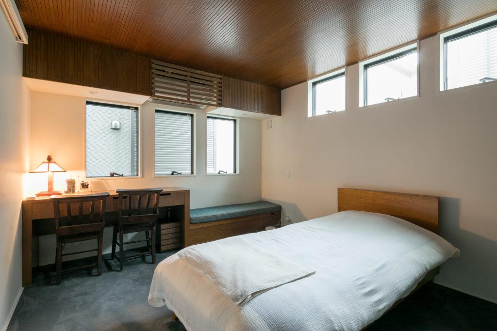 1階のベッドルームには、ベンチシートとデスクを造作してもらった。