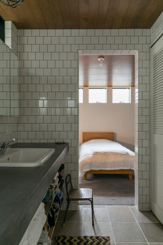 洗面所はメトロタイルを採用。ベッドルームへと回遊できる動線になっている。