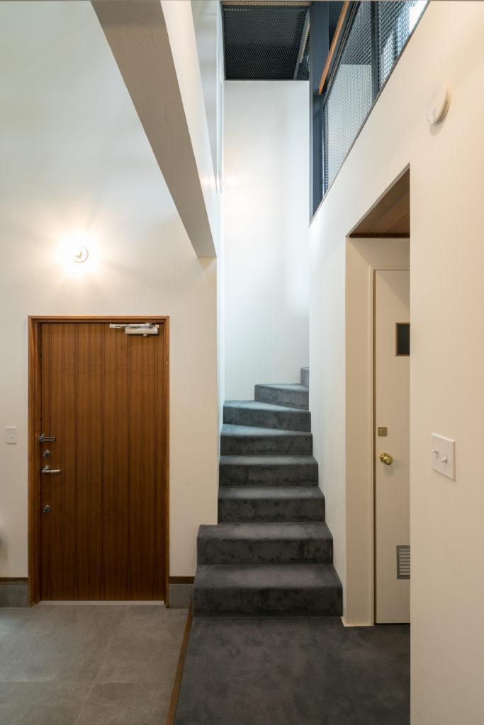 1階から2階の階段はカーペット敷き。白と木目+グレーの組み合わせが西海岸を感じさせる家にシックな落ち着きをプラス。