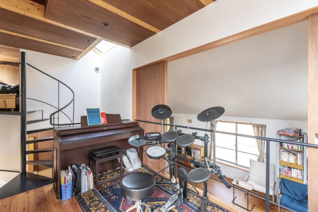 家族がそれぞれの趣味を楽しむスペース。ドラムは上の娘さんのもの。