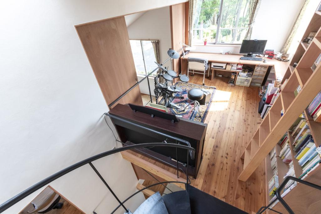 階段途中から趣味のスペースを見下ろす。このスペースの真下は玄関ホールになっている。
